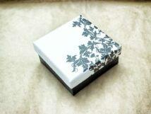 Fekete fehér mintás ajándékdoboz