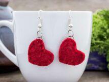 Piros szív gyapjúfilc kicsi lógós fülbevaló