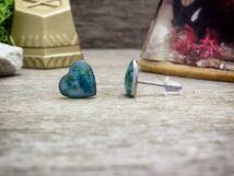 Pici kék virágos szív beszúrós gyanta fülbevaló