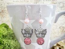 Rózsaszín pillangó lógós kapszula fülbevaló