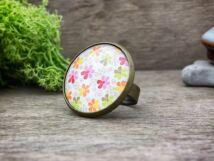 Üveglencsés színes virágok gyűrű