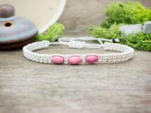 Fehér makramé karkötő rózsaszín fagyöngyökkel
