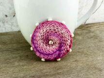 Gyapjúfilc rózsaszín örvény kitűző gyöngyökkel