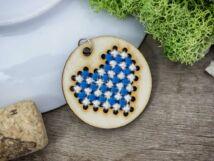 Keresztszemes kék fehér szív lézervágott nyírfa medál
