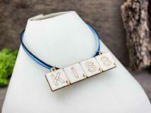 Scrabble Kiss feliratú lézervágott nyírfa medálos nyaklánc