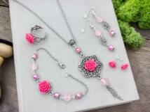 Korall színű rózsás fülbevalók karkötő gyűrű és nyaklánc szett