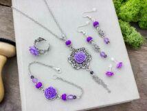 Lila színű rózsás fülbevalók karkötő gyűrű és nyaklánc szett