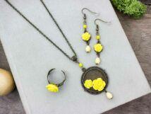 Sárga színű rózsás fülbevaló gyűrű és nyaklánc szett