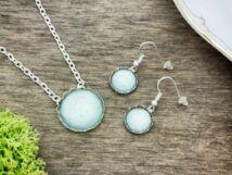 Üveglencsés ezüst és zöld kristályos fülbevaló és nyaklánc szett