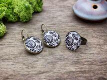 Üveglencsés fekete fehér kalocsai mintás gyűrű és fülbevaló szett