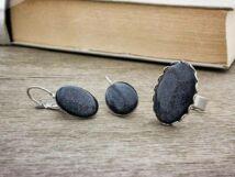 Üveglencsés fekete csillámos fülbevaló és gyűrű szett