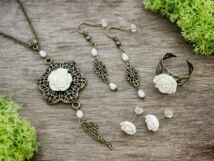 Fehér színű rózsás gyűrű fülbevalók és nyaklánc szett