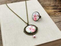Üveglencsés rózsaszál pillangóval gyűrű és nyaklánc szett