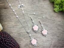 Rózsaszínű rózsás fülbevaló és nyaklánc szett