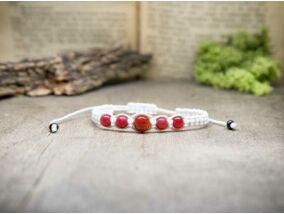 Fehér  makramé karkötő vörös jáde gyöngyökkel