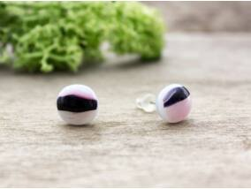 Rózsaszín és fekete fülbevaló üveg
