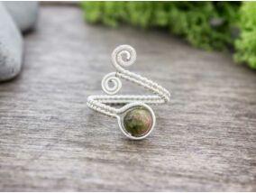 Ezüst színű drót gyűrű unakit ásvánnyal