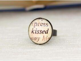 Üveglencsés csók kissed gyűrű
