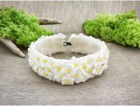 Gyapjúfilc fehér erdei virágmező karkötő