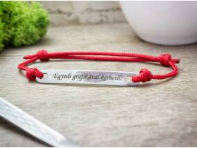 Személyre szabott feliratos lapbetétes vörös karkötő