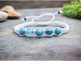 Fehér makramé karkötő kék gyöngyökkel