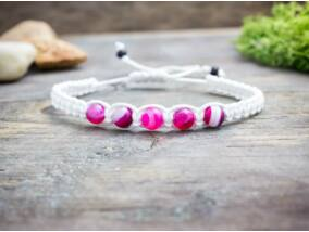 Pink achát fehér makramé karkötő