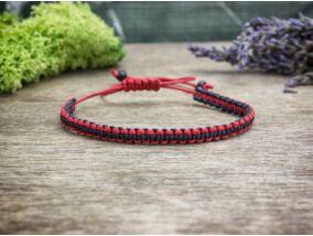 Piros és fekete csíkos makramé karkötő