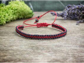 Fekete és piros csíkos makramé karkötő