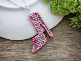 Rózsaszín tűsarkú cipő sujtás és gyöngy nyaklánc