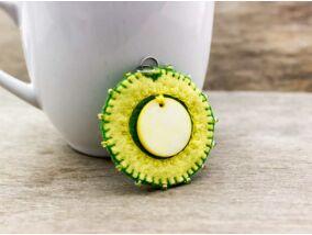 Gyapjúfilc sárga és zöld gyöngyházas medál