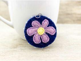 Gyapjúfilc kék lila virágos medál