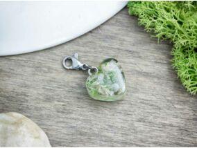 Zuzmó zöld műgyanta acél charm