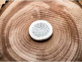 Gyapjúfilc fehér és szürke labirintus medál