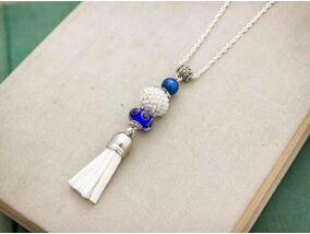 Fehér és kék gyöngyös bojtos nyaklánc