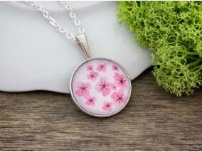 Üveglencsés cseresznyevirágok nyaklánc