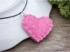 Rózsaszín szívecske nyaklánc gyapjúfilcből