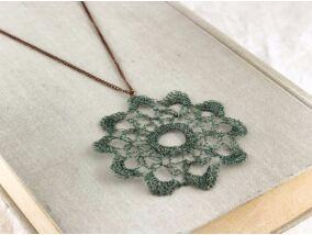 Horgolt virág medál nyakláncon