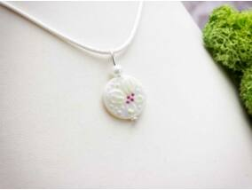 Fehér virág gyöngyház medál nyakláncon