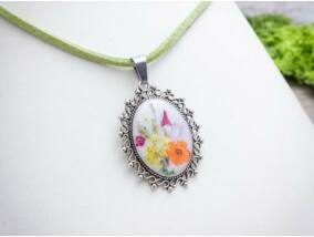 Műgyanta préselt kicsi virágos nyaklánc