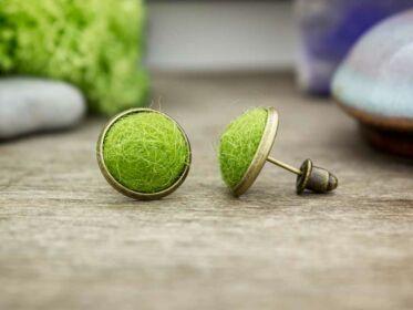 Zöld gömbös beszúrós nemez fülbevaló