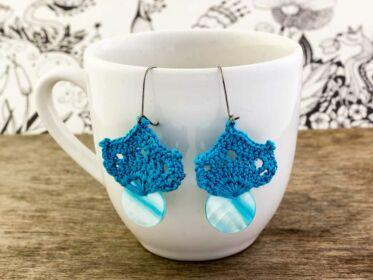 Horgolt kék gombos fülbevaló
