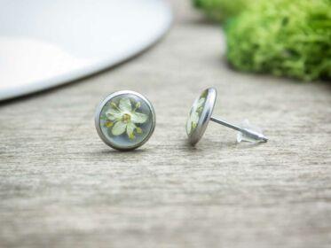 Fehér virág beszúrós gyanta acél fülbevaló