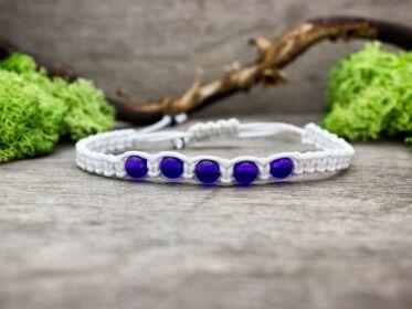 Fehér makramé karkötő lila jáde gyöngyökkel