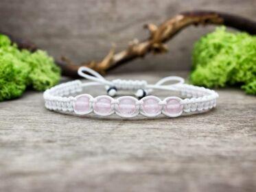 Fehér makramé karkötő rózsakvarc gyöngyökkel