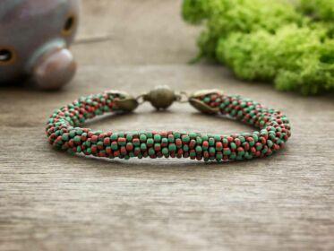 Piros zöld csíkos horgolt gyöngy mágnes záras karkötő