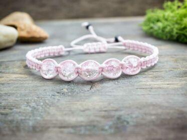 Rózsaszín makramé karkötő rózsaszín gyöngyökkel