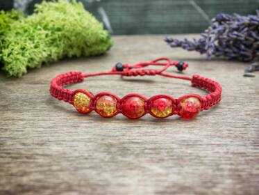 Piros makramé karkötő roppantott gyöngyökkel