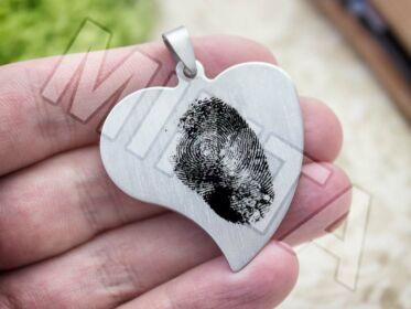 Ujjlenyomatos acél szív medál