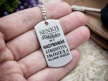Senki sem tökéletes de a nagymamák acél medálos kulcstartó
