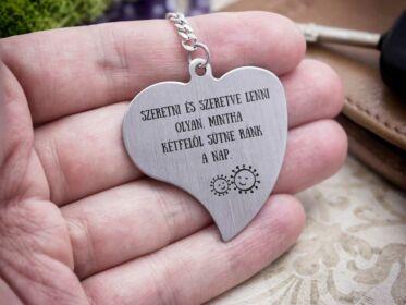 Szeretve lenni acél szív medálos kulcstartó